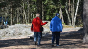 Gammalt par på promenad i Kråkkärret.