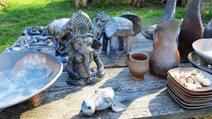 Keramikföremålen glaseras inte utan askan i brännugnen åstadkommer den unika ytan