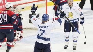 Teemu Pulkkinen gör mål i Matchen mot USA på 3 maj i Helsingfors.
