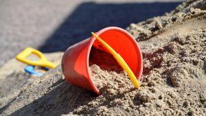 röd hink i sandlåda