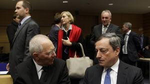Tysklands finansminister Wolfgang Schäuble och ECB:s chef Mario Draghi diskuterar Greklandskrisen