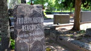 gravsten i bollgranit