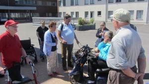 Handikapprådet i Sibbo testar tillgängligheten för handikappade i Nickby centrum