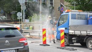 En vägarbetare förbereder vägen för ny asfalt.