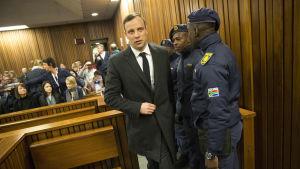 Paralympikern Oscar Pistorius stiger in i rättssalen i Pretoria 6.7.2017