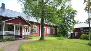 Det gamla karaktärshuset till vänster och den nya löjtnantsgården till höger.