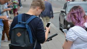 Ungdomar spelar Pokémon Go i Åbo centrum.