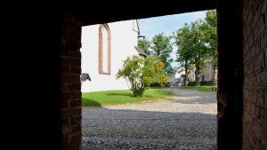 del av borgå domkyrka fotograferad genom dörren till klockstapeln