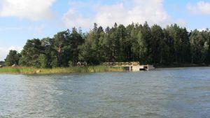 Brygga på Furuholmen i Borgå skärgård.
