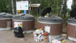 Nedskräpning framför metallavfallsbehållaren vid Tirmo ekopunkt i Borgå