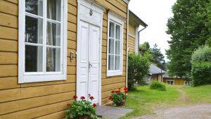 Hus på rad på Karleby gård.