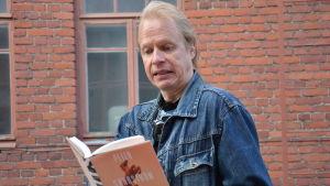 Peter Sandström ser ett tryckfel i sin roman.