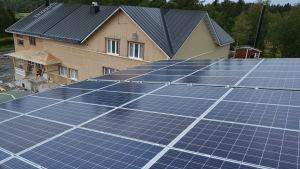 Solpaneler på taket till Kalax daghem i Närpes.