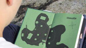 Eva Frantz debutroman Sommarön innehåller en massa hjälpmedel för en amatördeckare, bland annat kartor av den fiktiva ön.
