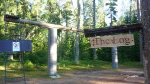 Här går  man på en stock på äventyrsbanan i Mjölbolsta.