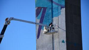 Andrew Hem från USA målar tornet på Vasa brandstation.