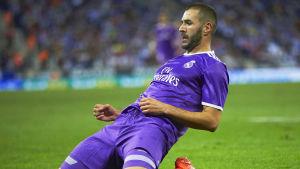 Karim Benzema glider på knäna efter att ha gjort mål mot Espanyol.