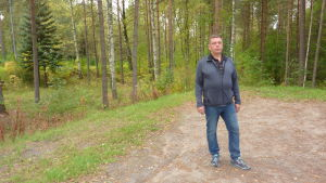 Kjell Danielsson på Västis parkering där han köper en tomt i närheten.