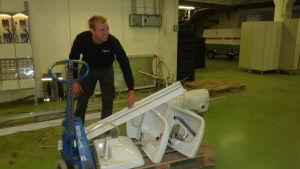 Kim Danielsson plockar ihop inventarier i Sporrong.