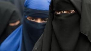 Två kvinnor i niqab