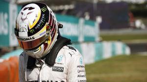 Lewis Hamilton kör formel 1-bilar.