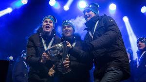 Jesse Puljujärvi, Sebastian Aho och Patrik Laine lyfter JVM-bucklan 2016.