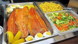 Lunchrestaurang Fellmanni i Strömfors bruk bjöd sina gäster på varmrökt lax och sallader
