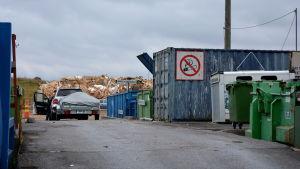 Bil med släpvagn på avfallscentralen i Åbo.