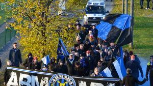 fc inter fans tågar in till arenan