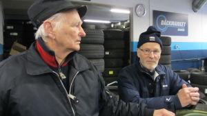 Ekenäsborna Edgar Björklund och Jan-Anders Berg får sina däck bytta.