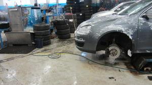 bil på verkstad under däckbyte