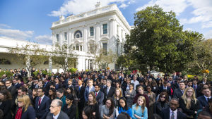 Vita husets personal lyssnar då president Barack Obama uttalar sig om Donald Trumps seger i presidentvalet.