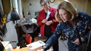 Sari Glad och Tuija Peltomaa tittar på smycken