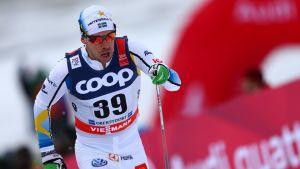 Emil Jönsson i spåret i Tour de Ski-tävlingen i Oberstdorf.