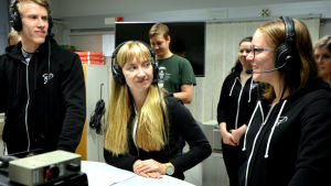 Kristoffer Back, Fanny Nyström och Karin Madsén från studentkören Pedavoces intervjuas i Yle Österbottens radiostudio.
