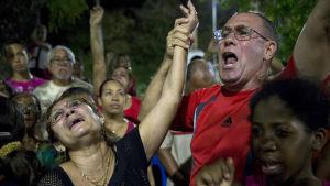 """Sörjande kubaner i Bayamo, östra Kuba, då """"Frihetskaravanen"""" passerar 2.12.2016"""