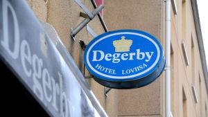 """Skylt med texten """"Hotel Degerby"""""""