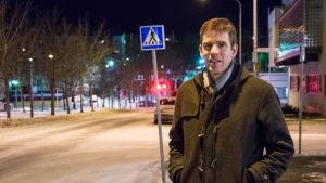 Mikael Appel framför ett övergångsställe.