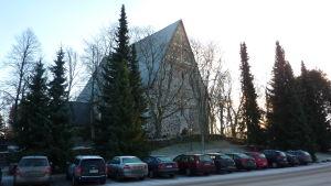 Lojos kyrka syns bakom träden vid Kyrkogatan.