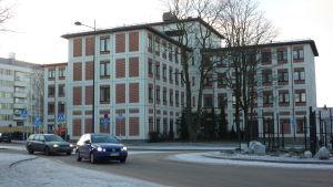 Stadshuset i Lojo är rött och vitt.