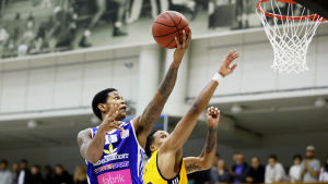 Rion Brown spelar basket för Kataja.