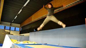 Sofia Broman hoppar på trampolin.