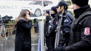 Turkisk kravallpolis vaktar området nära nattklubben Reina.