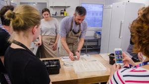 Bagaren Sébastien Boudet undervisar.