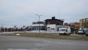 Hangö segelförenings vita och bruna hus i Östra hamnen ska bli större och byggs ut mot gräsmattan som syns i förgrunden.