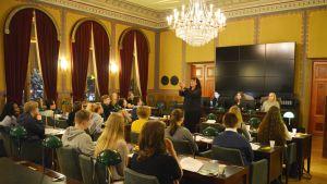 Mikaela Nylander talar vid det konstituerande ungdomsfullmäktigemötet i borgå 2017