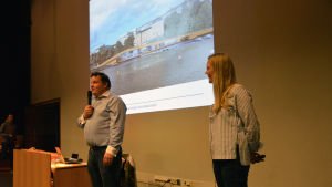 Bakom Fiskets hus står TV-kocken Michael Björklund och kultur- och evenemangsproducenten Johanna Stenback.