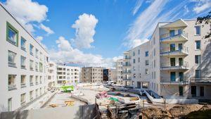 Bostadsbygge i nya bostadsområdet Kronbergsstranden i Helsingfors.