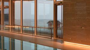 utsikt genom glasfönster mot havet