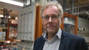 Åbo Akademis rektor Mikko Hupa i ett laboratorium vid ÅA